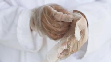 Ile lekarzy i pielęgniarek zmarło na koronawirusa?