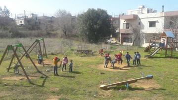 Polacy budują place zabaw dla syryjskich uchodźców. Muzułmanie bawią się z chrześcijanami