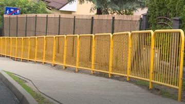 Kuriozum w Trzebnicy. Przed czym chronią tak ustawione barierki?